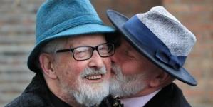Irlanda: Amigos heterosexuales se casan para no pagar impuestos