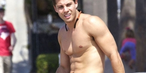 Otra vez y mejor, Dean Geyer desnudo