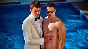 Campaña publicitaria de Suitsupply apunta directo al amor gay