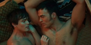 Cheyenne Jackson en escena sexual con Tyler Blackburn en Hello Again