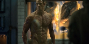 El actor Joel Kinnaman, desnudo en Altered Carbon