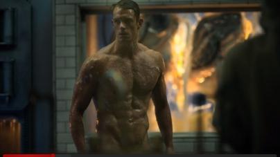El actor Joel Kinnaman, desnudo en Altered Carbon
