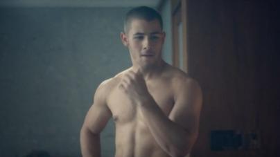 Nick Jonas nos muestra el tamaño de su palo de golf