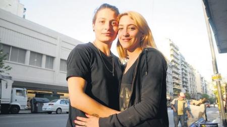 Argentina: Mujer es procesada por despedirse de beso con su esposa