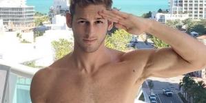 Max Emerson se desnuda durante una caminata