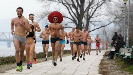 Serbios corren en ropa interior por la nieve