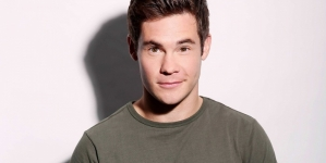 Adam DeVine mostrando todo en la pelicula Game Over, Man