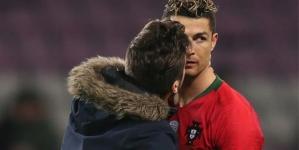 Cristiano Ronaldo es sorprendido por fan que lo besa
