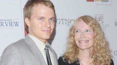 Ronan Farrow sale del armario el hijo de Mia Farrow