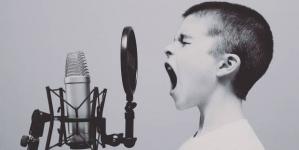 """""""La homofobia se cura leyendo"""": el rap de un niño cansado del bullying"""
