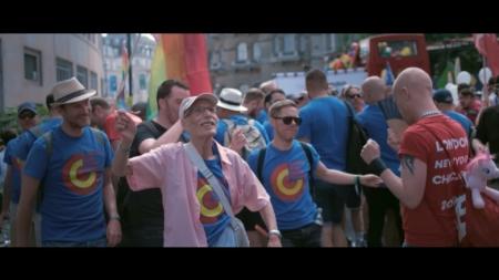 A sus 86 años asiste por primera vez a un pride luego de declararse abiertamente gay