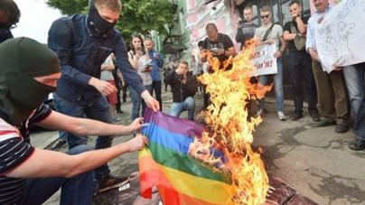Ucrania: Nacionalistas de extrema derecha atacan evento Lgbt y queman la bandera del Orgullo