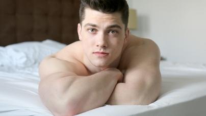 Collin Simpson, sale del closet como bisexual y ahora busca novio