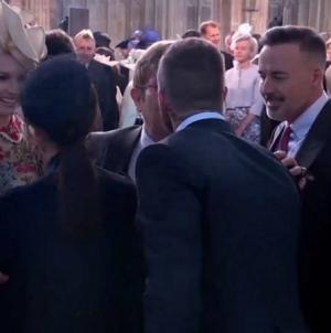 El beso de David Beckham y Elton John