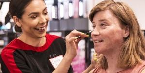 Cadena de belleza dará cursos de maquillaje para personas trans