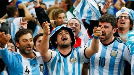 Argentina es multada por la FIFA por comportamiento homofobico de sus hinchas