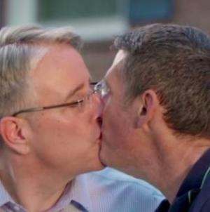 Candidato se burla de Trump con beso gay en spot político