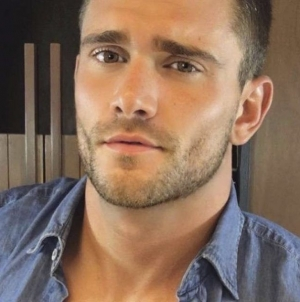Keegan Whicker totalmente desnudo