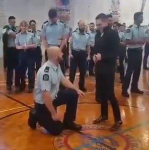 Policía le propone matrimonio a su novio durante su graduación