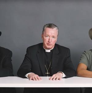 Un rabino, un sacerdote y un ateo homosexual fuman marihuana juntos y esto es lo que ocurre
