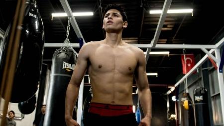 El boxeador Ryan Garcia enseña de más durante su entrenamiento