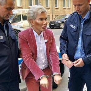 Arrestan al Ken humano por no lucir como en la foto de su pasaporte