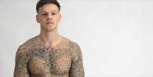 Ellis Lacy desnudo te enseña cómo ponerte un condón