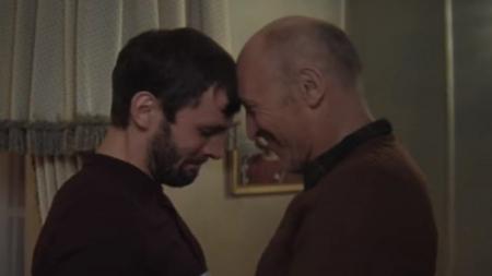 """""""No Matter What"""" de Calum Scott celebra a los padres que aceptan a sus hijos gay"""