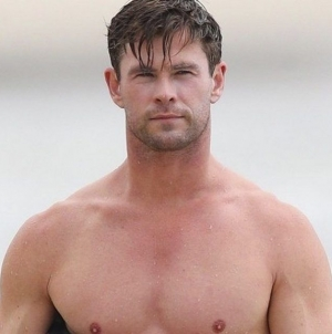 El apretado traje de Chris Hemsworth calienta la red