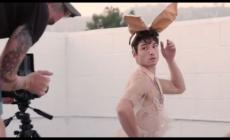 Ezra Miller se convierte en Conejita Playboy