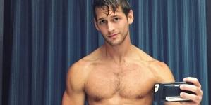 Max Emerson al desnudo