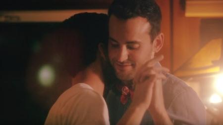 Cameron Hawthorn sale del armario en un videoclip