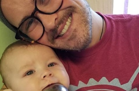 Hombre trans da a luz a su primer hijo
