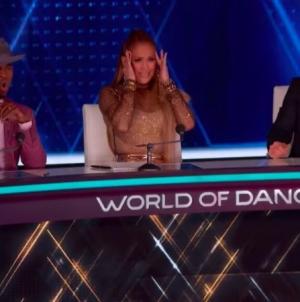 Pareja de hombres sorpenden a Jennifer Lopez en la pista de baile
