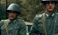 Soldados tienen relaciones en pleno bosque en serie de tv